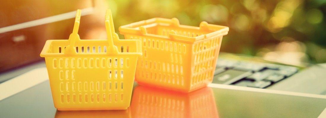 Imagem de cestos amarelos em cima de um computador