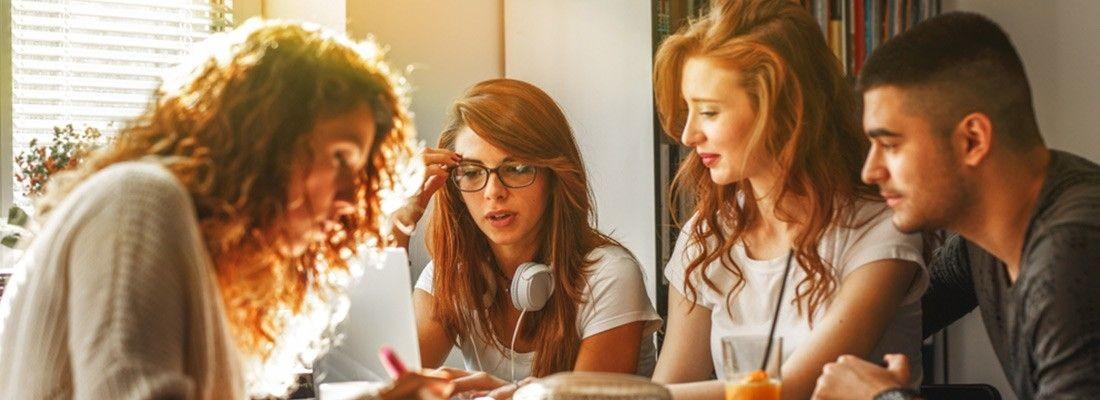 Pessoas reunidas em uma roda de estudos