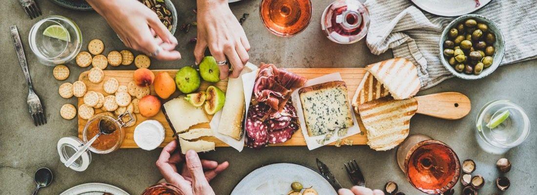 Mesa cheia de alimentos, em uma possível reunião