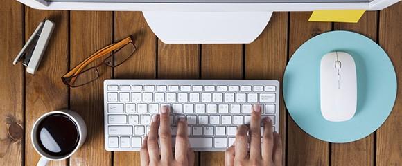 mulher mexendo no teclado do computador