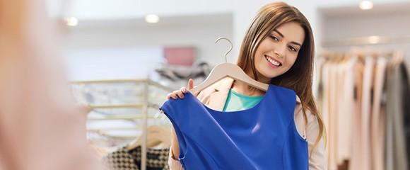 Mulher experimentando roupas