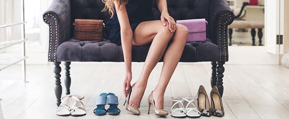 Mulher experimentando sapatos