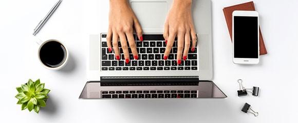 mulher digitando em um computador