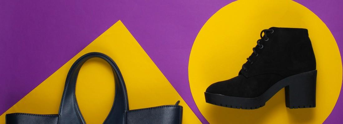 bolsa e bota, em um fundo amarelo e roxo
