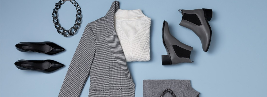 imagem vista de cima com blusa branca terno xadrez bota cinza e sapatos pretos