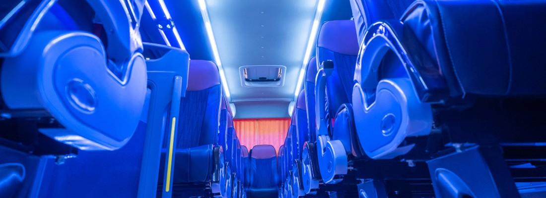 Imagem de um interior de ônibus de viagem com tom de azul